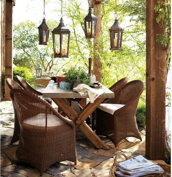 rustikale-gartenmöbel-interessante-stühle-und-tisch