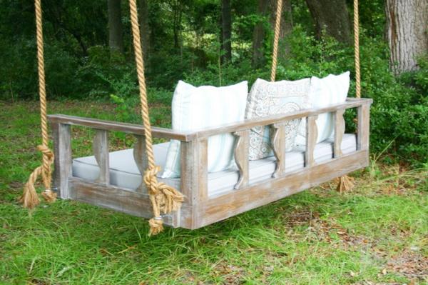 rustikale-gartenmöbel-schaukel-mit-weißen-möbeln
