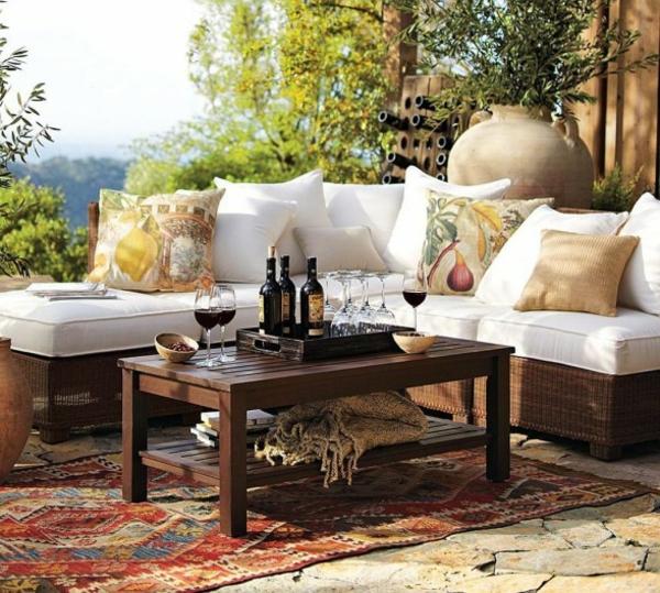 rustikale-gartenmöbel-sofa-mit-weißen-dekokissen