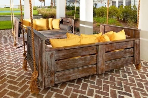 rustikale-gartenmöbel-sofas-mit-gelben-kissen