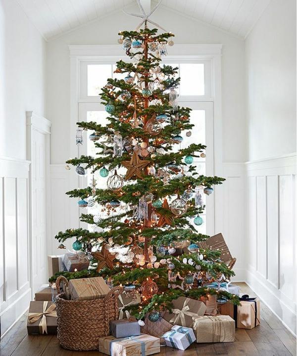 schön-dekorierter-Weihnachtsbaum-im-Flur