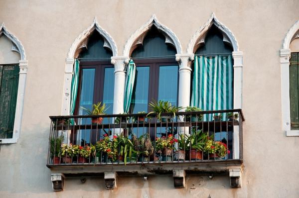 schöne--Balkone-mit-Geländer-Französische-Balkone-Ideen