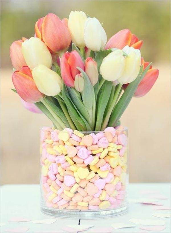 schöne--Tischdekoration-mit-Tulpen
