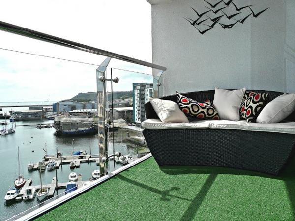 schöner-Balkon-mit-Kunstrasen-Sofa