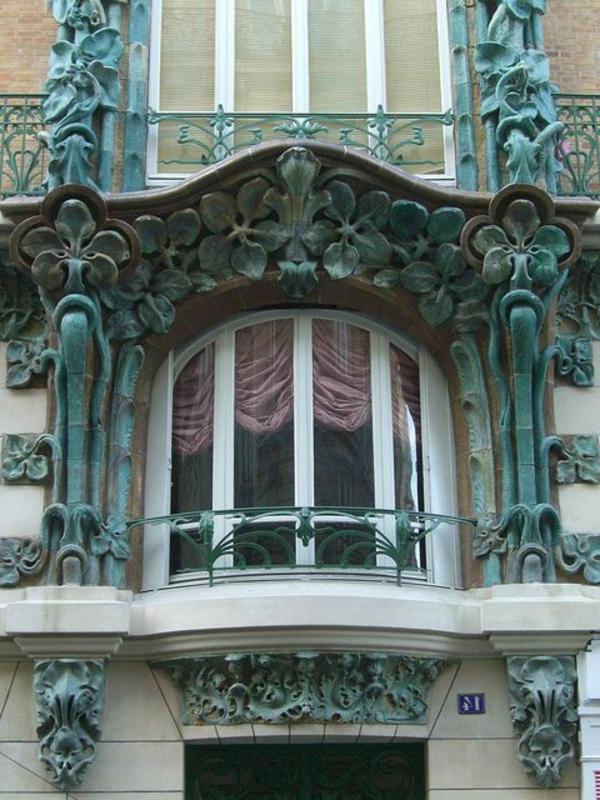 schöner-Balkon-mit-Metallgeländer-grüne-Geländer