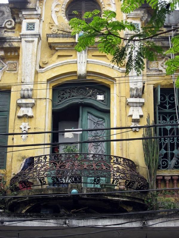 schöner--Balkon-mit-Metallgeländer-