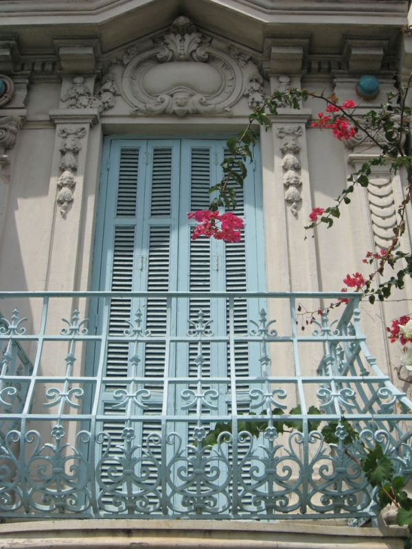 schöner-Balkon-mit-französischem-Design-Fensterläden