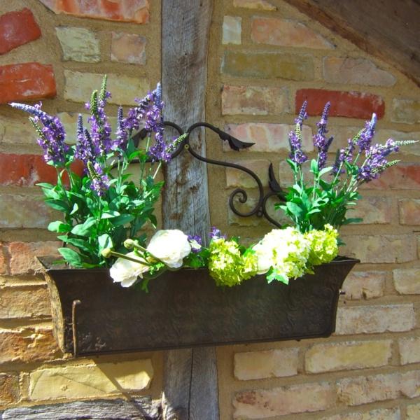 schöner-Blumenkasten-für-den-Balkon