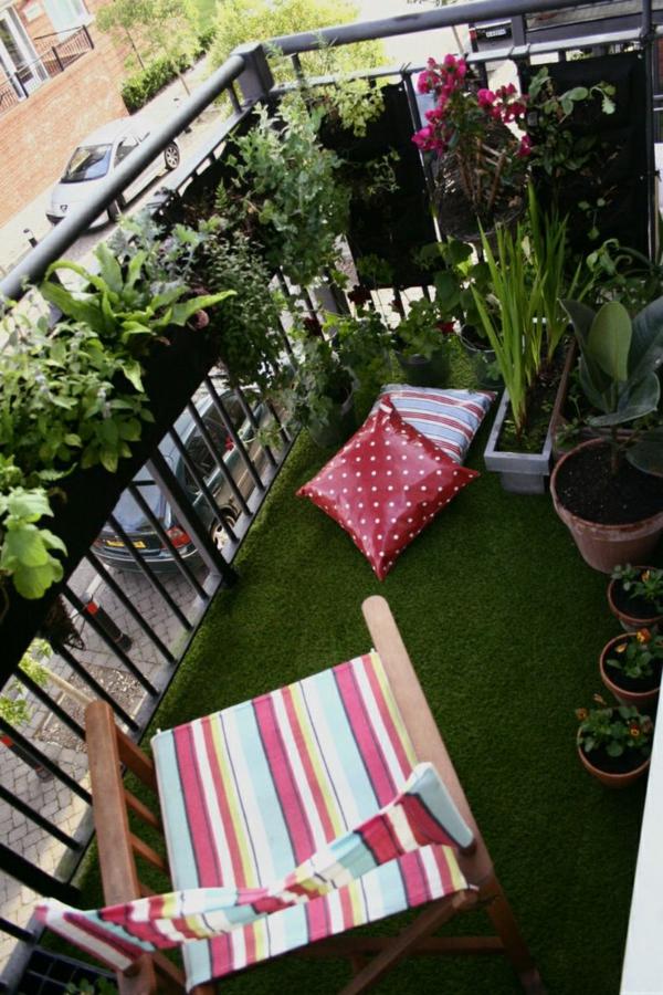 schöner-Kunstrasen-für-den-Balkon-viele-Pflanzen
