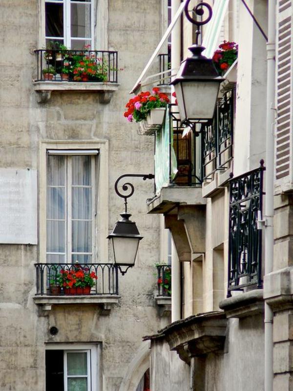 schönes-Gebäude-mit-französischen_Balkonen-