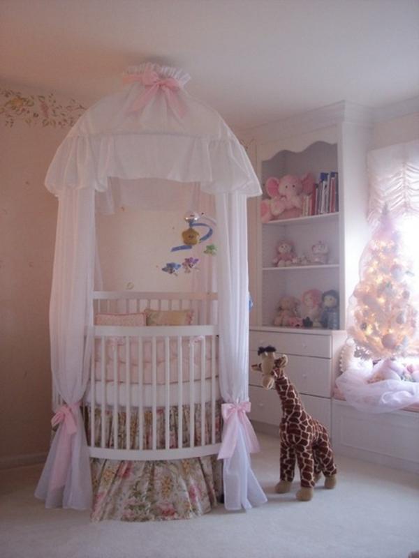 schönes-babyzimmer-mit-einem-rosigen-bett