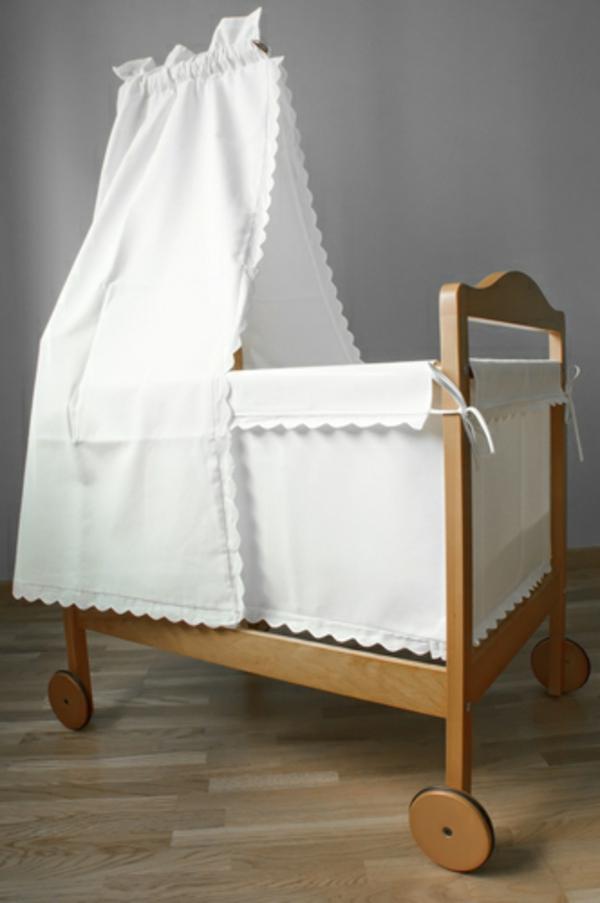 schönes-weißes-baby-himmelbett