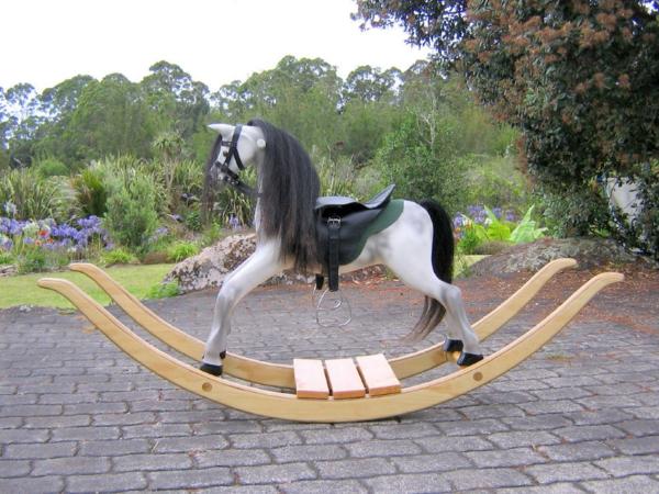 schaukel-für-erwachsene-interessantes-pferd-aus-holz