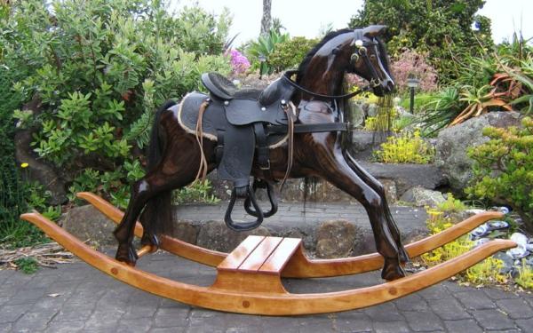 schaukel-für-erwachsene-schwarzes-pferd-ganz-interessant