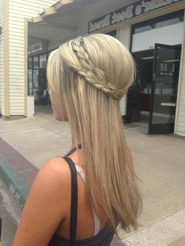 schicke-Frauenfrisur-blondes-Haar-mit-Zopf