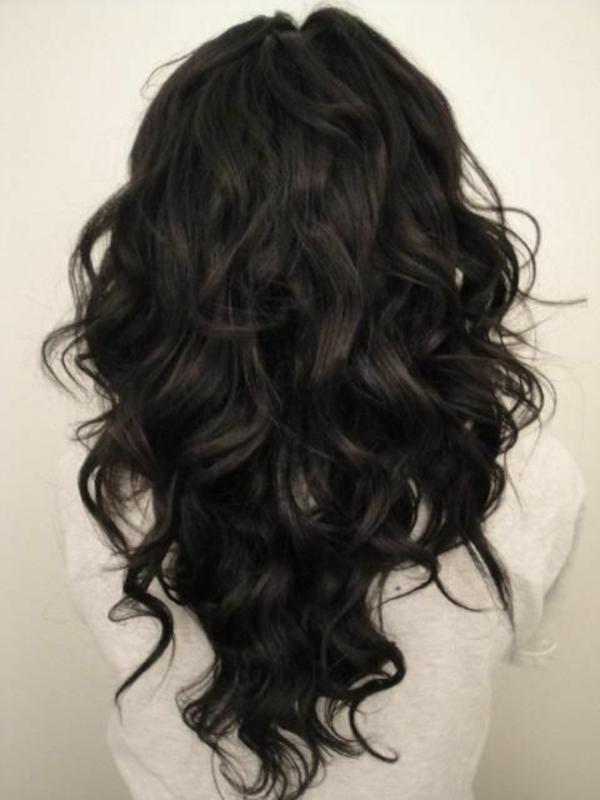 schicke-Frauenfrisur-schwarze-lockige-Haare