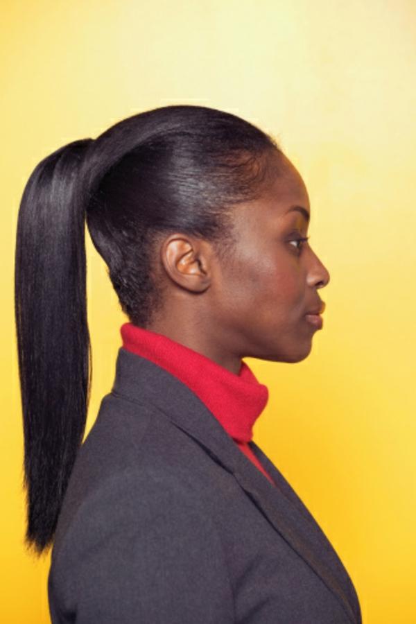 schicke frisuren - eine hübsche frau mit dunkler haut