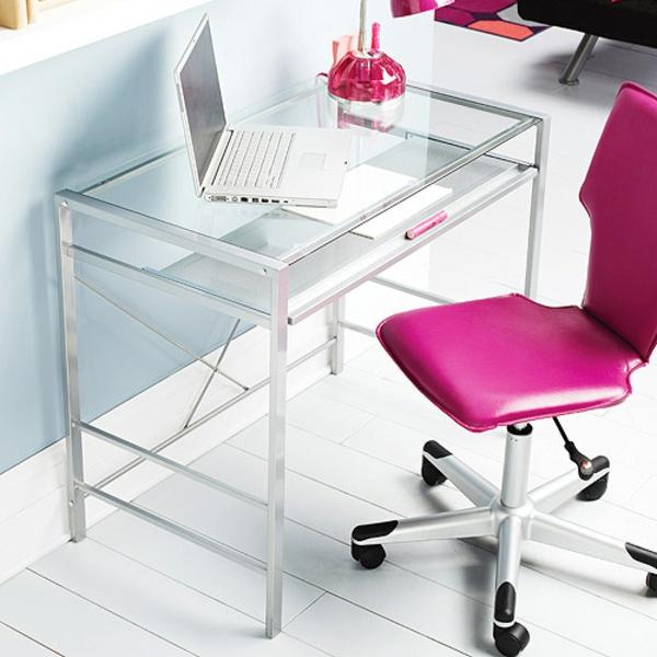 schicker-Schreibtisch-mit-Glasplatte-rosa-Stuhl