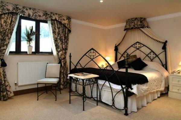 schickes-gothic-schlafzimmer