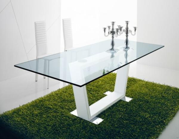 schiker-Tisch-aus-Glas-auf.dem-Teppich