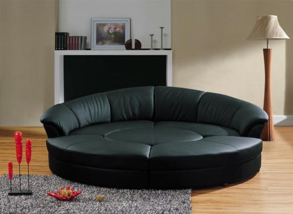 schwarzes-Sofa-in-halbrunder-Form-