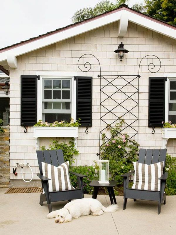 schwarze-elegante-Fensterlaeden-aus-Holz