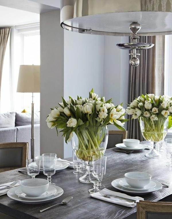 sehr-schöne-Tischdekoration-mit-Tulpen-in-Weiß