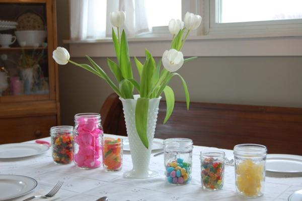 sehr-schöne--Tischdekoration-mit-weißen-Tulpen--