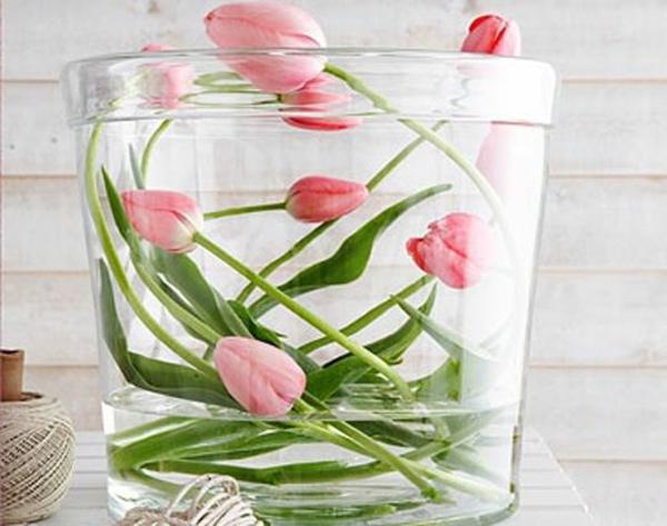 sehr-schöne-originelle-Tischdekoration-mit-rosa-Tulpen