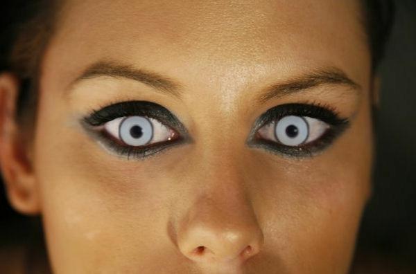 sehr-schreckliche-blaue-kontaktlinsen-für-halloween