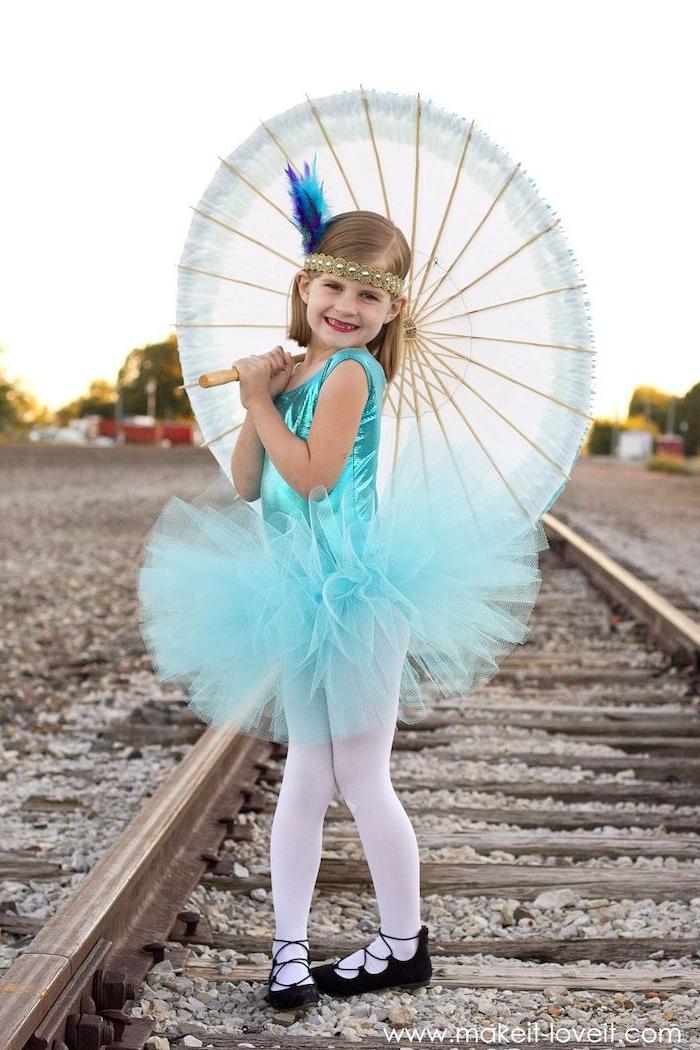 seilakrobat zirkus kostüme für mädchen blondes mädchen blaues trikot mit tüll eleganter regenschirm schwarze schuhe