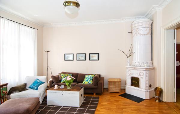 Skandinavisches Appartement Einrichten Braunes Sofa