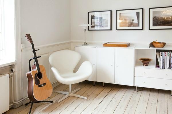 Skandinavisches Appartement Einrichten Eine Guitarre Neben Dem Weissen