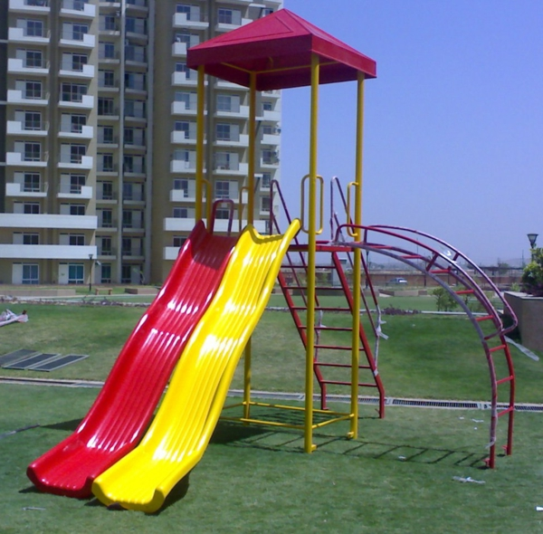 spielgeräte-für-garten-rote-und-gelbe-rutsche