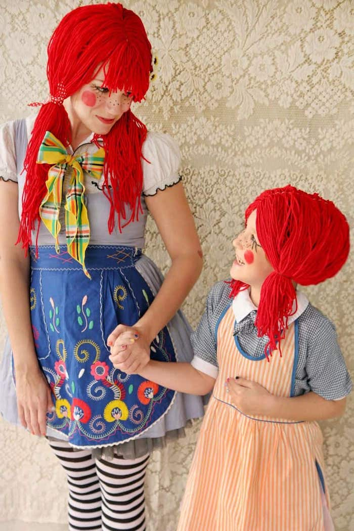 stoffpuppe kostüm geschwister kostüm schwestern rote perücken aus garn bunte kleider halloween kostüm kinder mädchen geschminkte gesichter