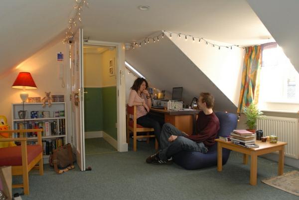 studentenzimmer-einrichten-in-einer-dachwohnung