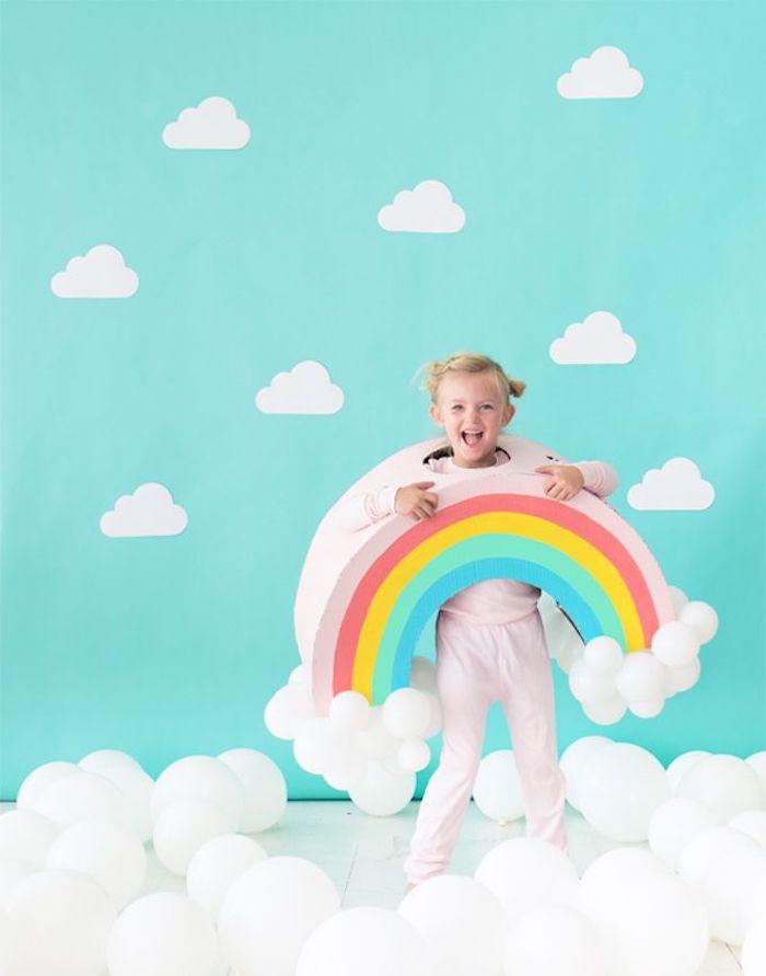 süße idee regenbogen einfache halloween kostüme selber machen aus karton mit luftballons blondes mädchen rosa leggings diy ideen