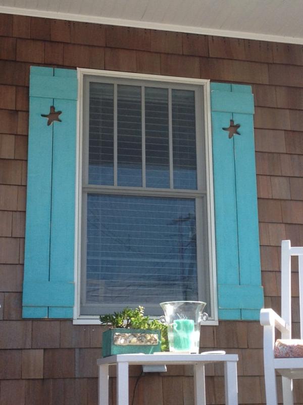 super-coole-blaue-hölzerne-Fensterläden