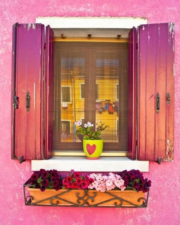 super-originelle-Fensterlaeden-aus-Holz-rosa