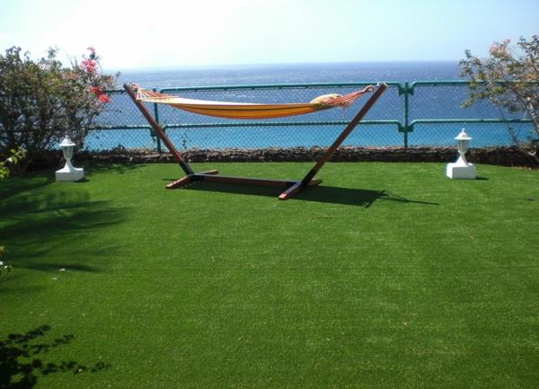super-schöne-Terrasse-mit- Kunstrasen-und-Hängematte