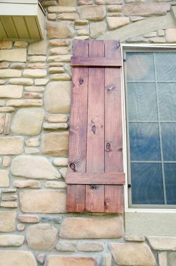 super-schöner-Fensterladen-aus-Holz