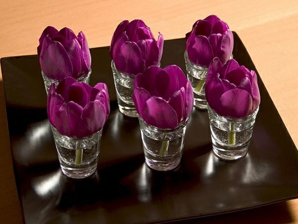 super-tolle-Tischdekoration-mit-Tulpen