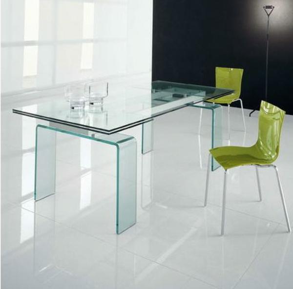 super-toller-Tisch-aus-Glas-im-Esszimmer-grüne-Stühle