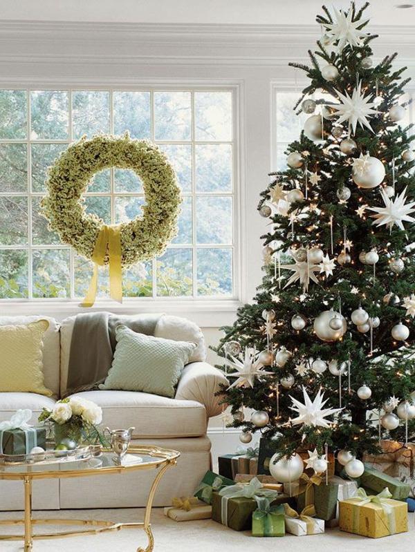 toll-Weihnachtsbaum-schmücken-in-Weiß