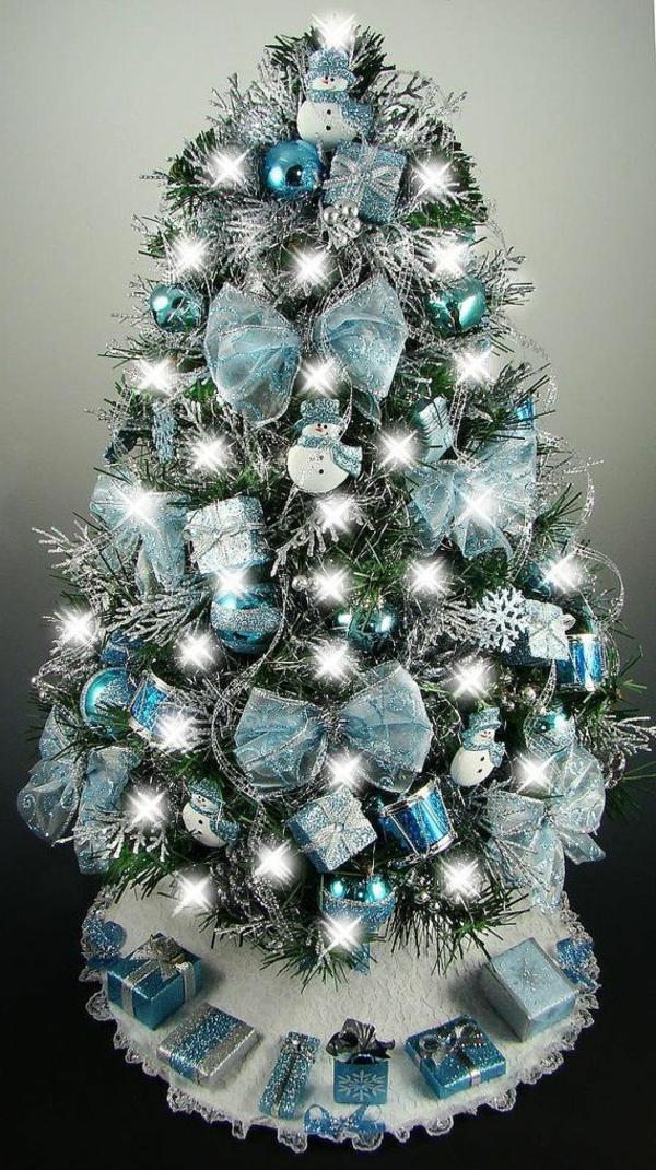 toll.dekorierter-Weihnachtsbaum-in-Blau