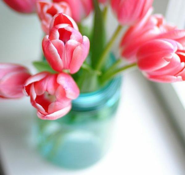 tolle-Tischdekoration-mit-Tulpen-in-Rosa