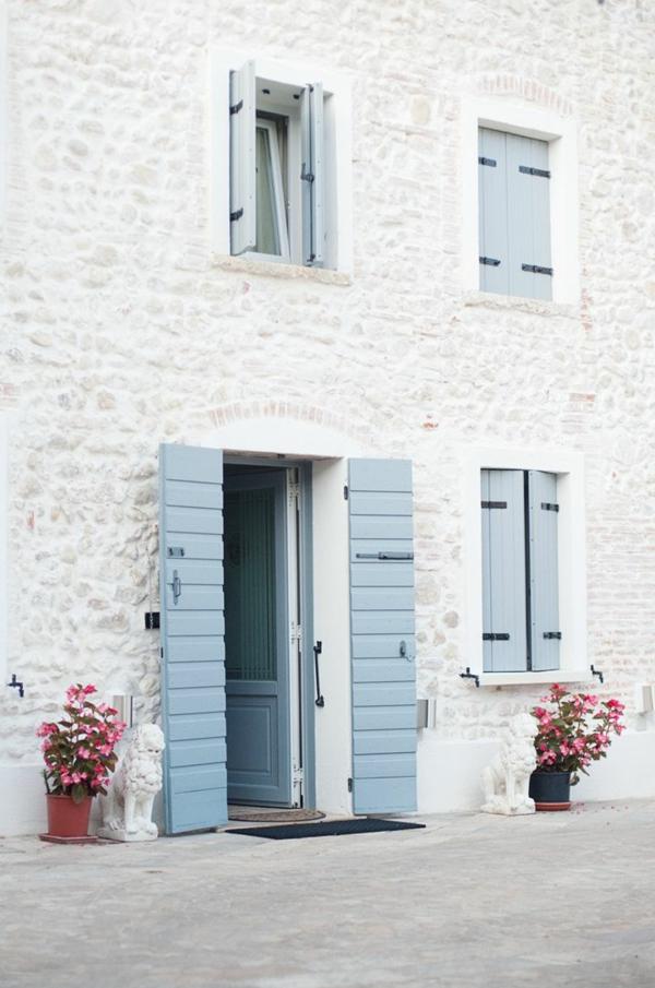tolle-hellblaue--Fensterlaeden-aus-Holz-