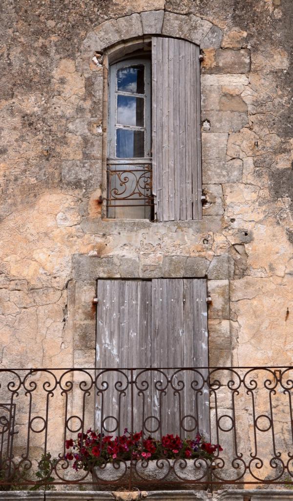 toller-Balkon-mit-Metallgeländer-Fensterladen