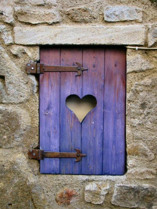 toller-Fensterladen-Holz-Herz-Loch