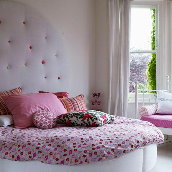 tolles-rosa-Schlafzimmer-weiße-Wand